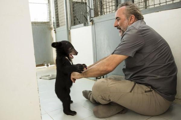 Ce lundi soir sur France 3 : Antoine Duléry et Chanee sur la terre des ours, au Cambodge. - Leblogtvnews.com