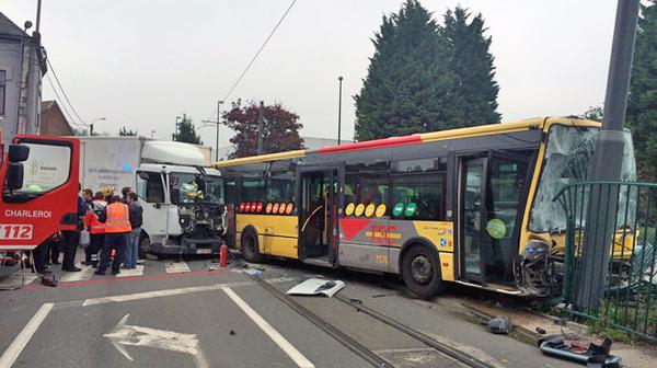 Spectaculaire accident à Charleroi entre un camion et un bus