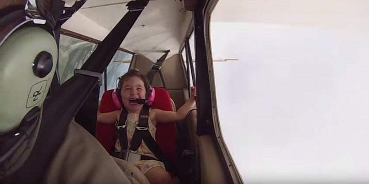 Cette petite fait son premier vol acrobatique avec son papa et elle adore
