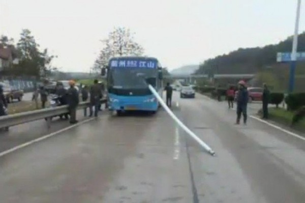 Lampadaire évité par le bus
