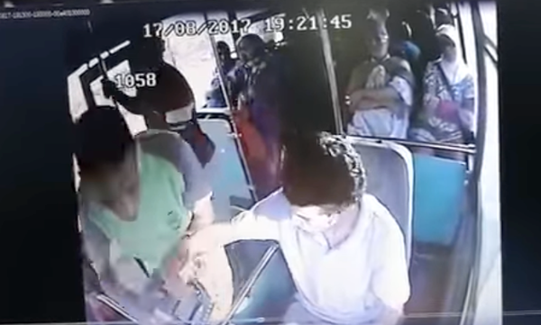 سائق حافلة نقل يتعرض لكريساج تحت تهديد بالسلاح الابيض وامام الركاب