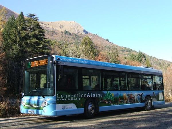Hautes-Alpes : accident insolite ce matin, une voiture coincée entre 2 bus à Gap