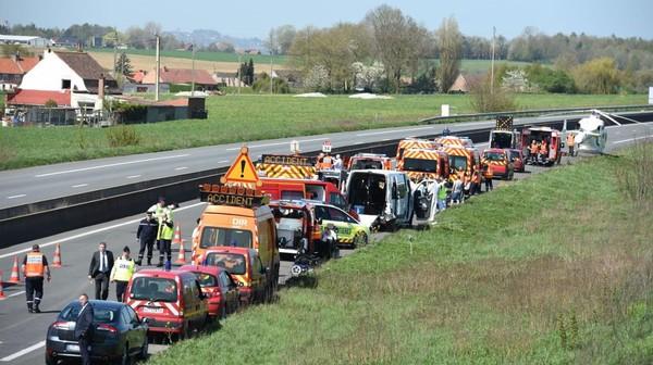 Accident sur l'A25 - 14 blessés dont deux graves, les minibus transportaient des jeunes handicapés