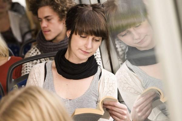 En Roumanie, les gens qui lisent un livre dans le bus voyagent gratis