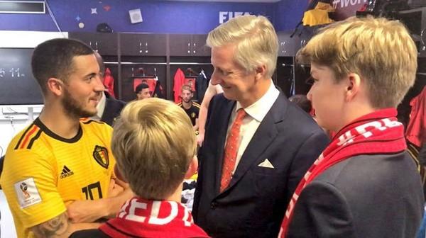 Le Roi Philippe et ses fils félicitent les Diables Rouges dans le vestiaire: les images de la rencontre