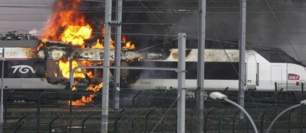 VIDEOS. Un TGV en feu à Saint-Denis