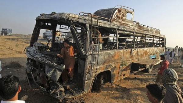 Dozens die in Pakistan bus inferno
