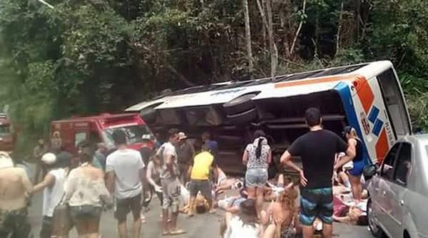 Brésil: Au moins quinze morts et 50 blessés dans un accident d'autocar