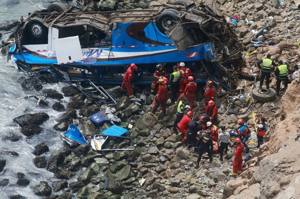 Pérou: 48 morts après la chute d'un autocar d'une falaise