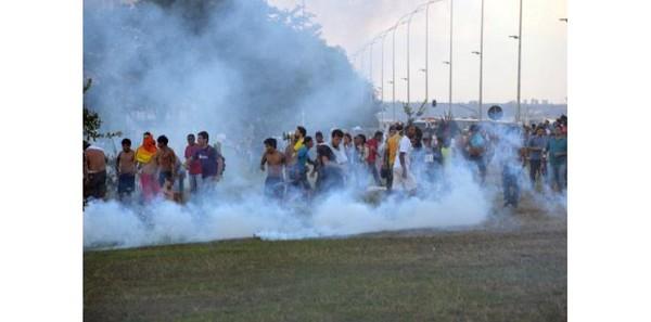 Brésil: gaz lacrymogènes contre Indiens et Sans-Toit à Brasilia