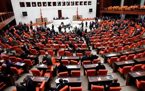 Le parlement turc autorise le déploiement de troupes sur une base au Qatar
