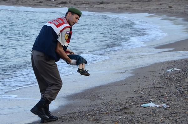 Migrants: l'Europe sous le choc après la photo d'un enfant mort noyé