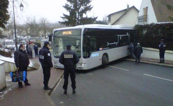 Yerres: Le bus finit sa course dans le jardin d'un pavillon