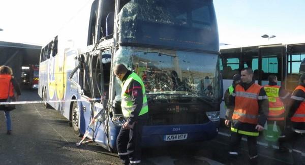 Il est 9heures, le bus pour Londres percute le mur du tunnel de l'A 1