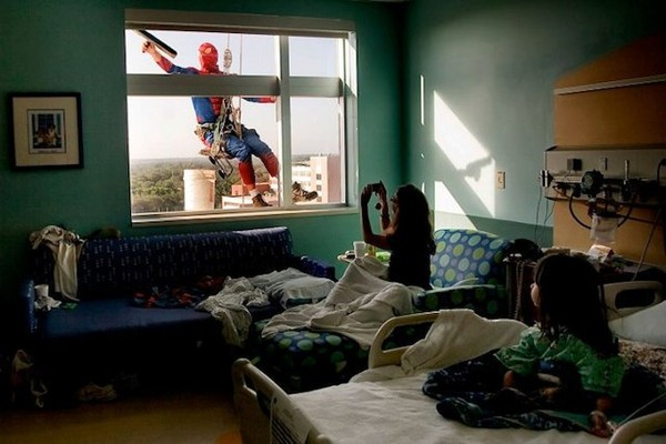Good People, They're Still Out There: Window Washers Dress As Superheroes At Children's Hospitals | Geekologie