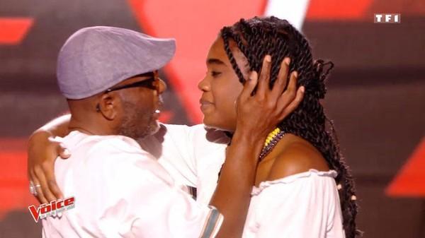 VIDÉO - The Voice 6 : les larmes de Zazie devant Imane, 16 ans, enlaçant son papa sur le plateau