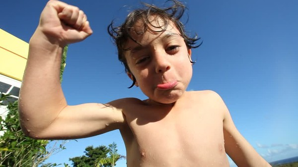 Niño / Flexing Muscles / Tiempo Libre | HD Stock Video 960-177-531 | Framepool Stock Footage