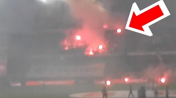 Incident passé inaperçu lors de Standard - Charleroi: un feu de bengale directement lancé sur des supporters Rouches (vidéo)