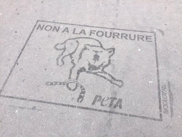 La Place de l'Opéra inondée de « Clean tags » pour demander une Fashion Week sans fourrure | Actualités | PETA France