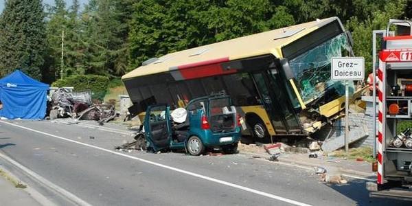 Un bus Tec se crashe à Grez-Doiceau : un mort, deux blessés graves