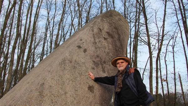 Saint-Samson. Le menhir de la Tremblais: un cadran solaire?