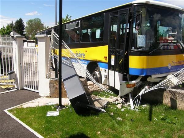 Faits divers | L'autocar rentre dans la caserne de gendarmerie