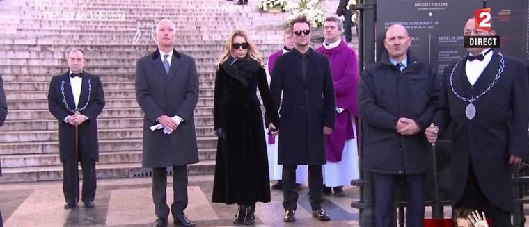 Johnny Hallyday : Laura et David auraient failli ne pas assister à l'hommage populaire à la Madeleine ! (VIDEO) - actu - Télé 2 semaines