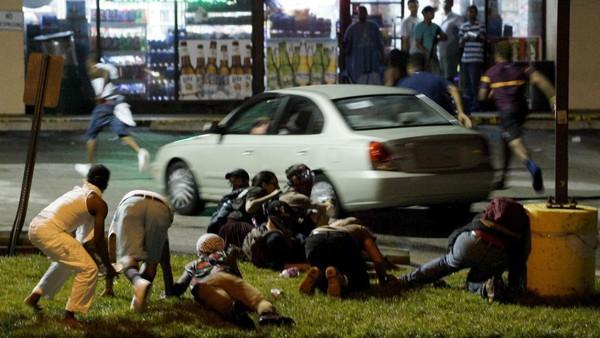 Ferguson: un an après, la commémoration tourne au drame - Amériques - RFI