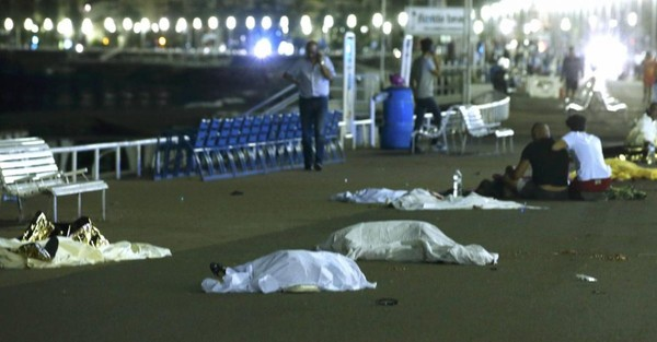 Attentat à Nice: les photos qui témoignent du drame (attention: âmes sensibles s'abstenir)