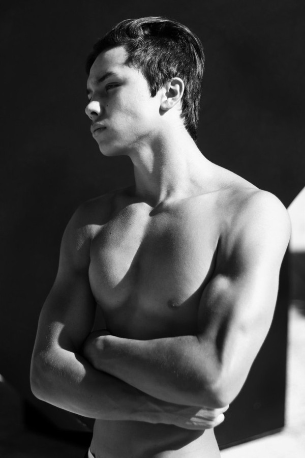 Images Gratuites : homme, la personne, noir et blanc, gens, la photographie, garçon, profil, mâle, portrait, maquette, ombre, studio, mode, Monochrome, bras, Expression faciale, muscle, poitrine,...