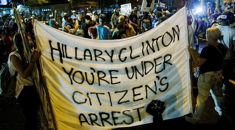 Fuites d'emails, élections truquées, black-out des médias... Découvrez la démocratie à l'américaine