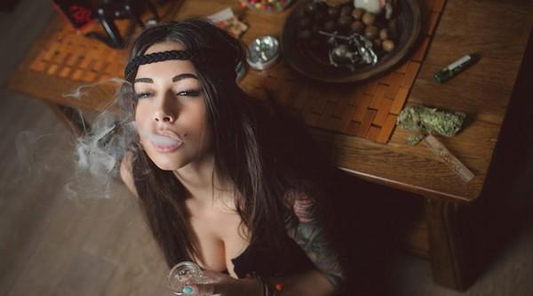 7 motivi per i quali le ragazze che fumano cannabis sono le partner migliori