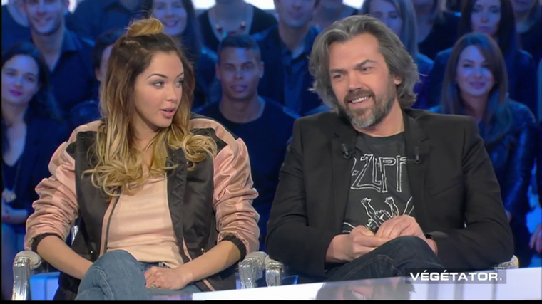 """Salut les Terriens : Nabilla fait rire le public avec une référence à son """"Non mais allô? Quoi !"""" (VIDEO) Télé-réalité - Télé 2 Semaines"""