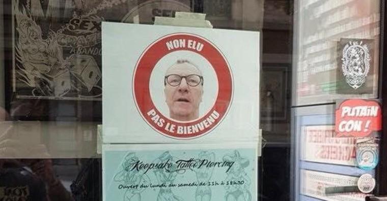 Bruxelles: des affiches «Mayeur, pas le bienvenu» sur les vitrines des commerces du centre-ville