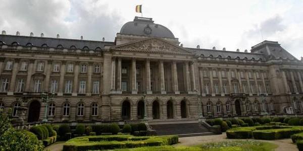 Ivre, un chauffeur de bus scolaire percute un mur à proximité du Palais royal