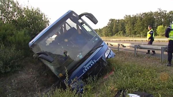 Accident de car près de Tours : deux morts, dont un adolescent - Société - MYTF1News