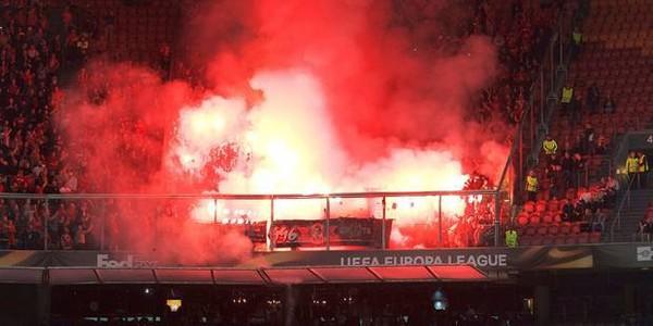 Le Standard risque une forte amende après des jets de fumigènes dans le stade de l'Ajax (VIDEO)