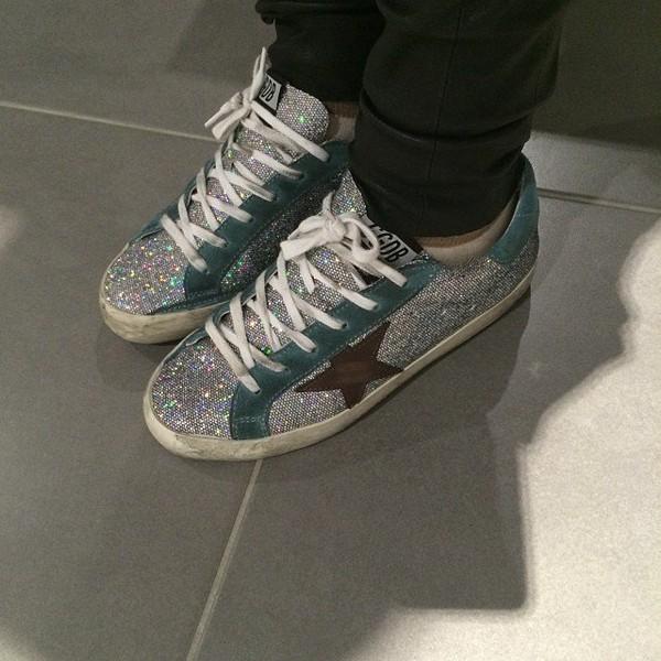 .@alizeeofficiel | Aujourd'hui on est à bruxelles ! Les chaussures ✨👟glitter sont de sortie ! 😜 ... | Webstagram
