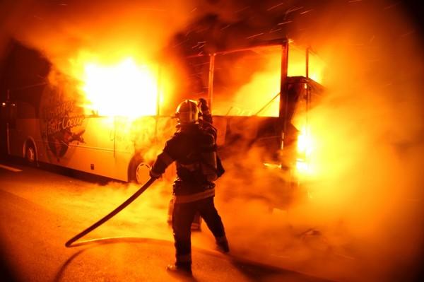 Un bus en feu sur l'autoroute A26, à Marcoing: 56 personnes sauvées des flammes