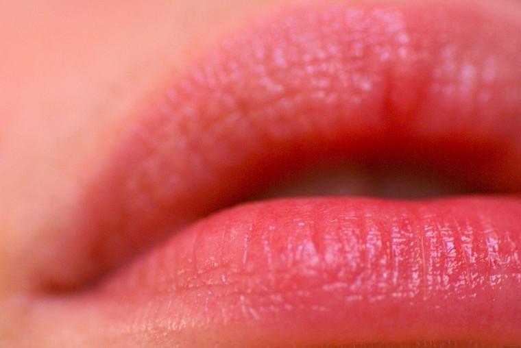 Lèvres douces et lisses : 5 techniques de gommage + recettes maison – Dieu Créa La Femme
