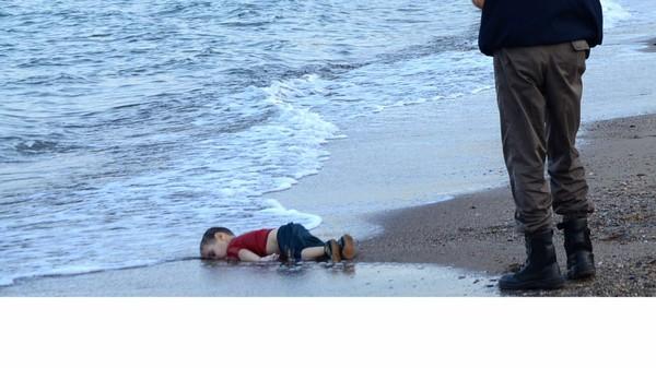 La photo symbole de l'enfant syrien mort noyé, bouleverse l'Europe