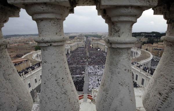 Canonizzazione, piazza San Pietro stracolma: le immagini dall'alto